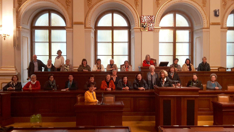 Kurze Zeit war die tschechische Regierungsbank ausschließlich mit Frauen besetzt. Zu der FU-Delegation gehörte auch Bundestagsabgeordnete Iris Eberl (vorne rechts am Rednerpult). TOP 09 Abgeordnete Nina Novaková (vorne links mit gelben Jackett) gesellte sich die zu den Besucherinnen aus Schwaben.